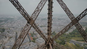 Vue merveilleuse de Paris d'ascenseur mobile de Tour Eiffel banque de vidéos