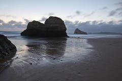 Vue merveilleuse prenant des photos de beau rocha du DA de praia de plage sablonneuse au crépuscule Images stock