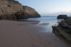 Vue merveilleuse prenant des photos de beau rocha du DA de praia de plage sablonneuse au crépuscule Photographie stock libre de droits