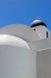 Vue minimaliste de la chapelle blanche avec le dôme bleu images libres de droits