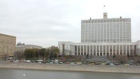 Vue mobile panoramique dans la ville de Moscou avec la vue sur la Maison Blanche  banque de vidéos
