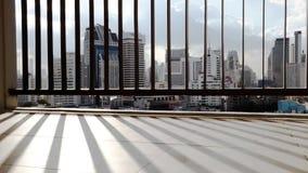 Vue moderne de gratte-ciel de ville du balcon clips vidéos