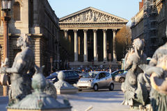 Vue moderne de ville devant Madeleine Church, une du point de repère d'église catholique romaine vising à Paris, gloire du ` s de Photos stock