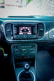 Vue moyenne à l'intérieur d'habitacle de voiture de sport, unité de navigation d'écran tactile, évents, contrôles de tableau de b photos stock