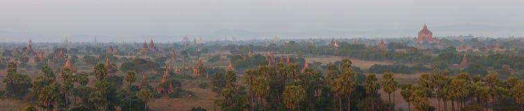 Vue mystique orange de paysage de lever de soleil avec des silhouettes de vieux temples antiques et palmiers en brouillard d'aube image stock