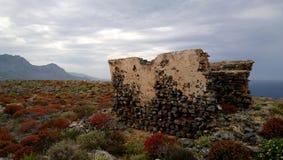 Vue mystique renversante des restes détruits des murs sur l'île Gramvousa Buissons rouges lumineux sur le ter rocheux rocheux Photo stock