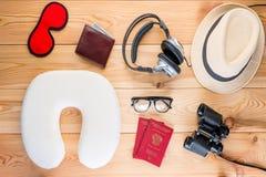 Vue nécessaire importante d'équipements de voyageur d'en haut image libre de droits