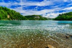 Vue naturelle étonnante de paysage de rivière d'escarpement de chutes du Niagara et de fond de ciel bleu Photo stock