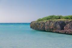 vue naturelle de fond tropical avec la falaise dedans Photos stock