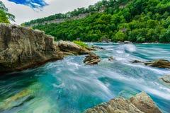 Vue naturelle magnifique de paysage de rivière de chutes du Niagara avec de grandes roches, fond de pierres Images stock
