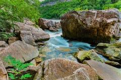 Vue naturelle magnifique de paysage de rivière de précipitation d'escarpement de chutes du Niagara avec de grands roches et fond  Photographie stock