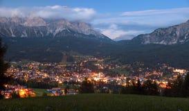 Vue nocturne de Cortina d Ampezzo Photo libre de droits