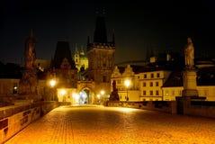 Vue nocturne de passerelle de Charles - Prague Photo stock