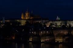 Vue nocturne de vieille ville avec St Vitus Cathedral à Prague Photos stock