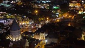 Vue nocturne du pont Metekhi Vue d'ensemble de Tbilissi la nuit banque de vidéos