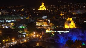 Vue nocturne du pont Metekhi Vue d'ensemble de Tbilissi la nuit clips vidéos
