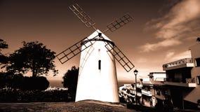 Vue noire et blanche à un moulin à vent images libres de droits