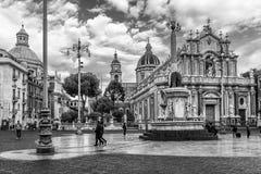 Vue noire et blanche de la belle fontaine de place et d'éléphant, Piazza del Duomo, Catane, Sicile, Italie Photo libre de droits