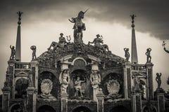 Vue noire et blanche du groupe sculptural dans le jardin du palais de Borromeo Image libre de droits