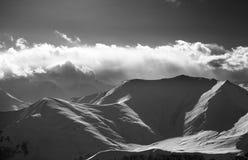 Vue noire et blanche sur égaliser les montagnes neigeuses Photo stock
