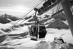 Vue noire et blanche sur le remonte-pente à la station de sports d'hiver Photos stock