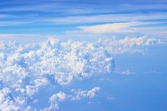 Vue nuageuse claire de ciel bleu Photos stock