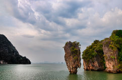 Vue d'océan d'île de James Bond avec le ciel nuageux en baie de Phang Nga, A Images libres de droits