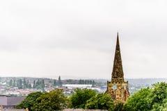 Vue nuageuse de jour de l'église sainte de tombe au-dessus du paysage urbain de Northampton R-U Photo stock