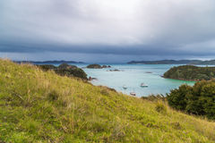 Vue nuageuse sur la baie des îles, Nouvelle-Zélande Images stock