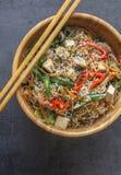 Vue op d'un plat en bois oriental avec le plat de vegan des nouilles en verre