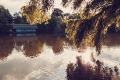 Vue paisible de lac avec la vieille carlingue sur le lac photos libres de droits