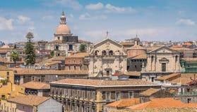 Vue panoramique à Catane du dôme du ` Agata de Badia di Sant, avec l'église de la façade de San Benedetto La Sicile, Italie photographie stock