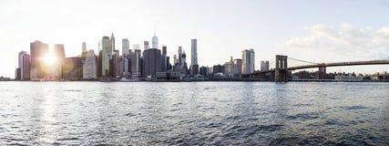 Vue panoramique à la vue de pont de Brooklyn et à l'horizon de Manhattan, USA photographie stock