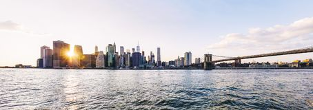 Vue panoramique à la vue de pont de Brooklyn et à l'horizon de Manhattan, USA photographie stock