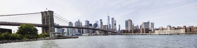 Vue panoramique à la vue de pont de Brooklyn et à l'horizon de Manhattan, USA photos stock