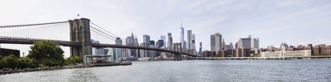 Vue panoramique à la vue de pont de Brooklyn et à l'horizon de Manhattan, USA photos stock