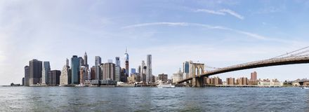 Vue panoramique à la vue de pont de Brooklyn et à l'horizon de Manhattan, USA image libre de droits