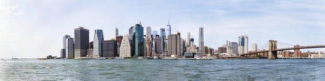 Vue panoramique à la vue de pont de Brooklyn et à l'horizon de Manhattan, USA images stock