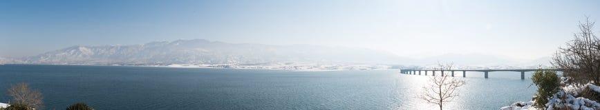 Vue panoramique à la montagne d'Olympe et au pont de Servia image libre de droits
