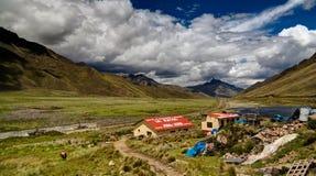Vue panoramique à la montagne des Andes au passage d'Abra La Raya, Puno, Pérou image libre de droits