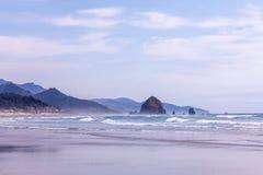 Vue panoramique à la plage de ville de canon et à la roche de meule de foin, Orégon photos libres de droits