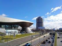 Vue panoramique à la trépointe de BMW, au souci de BMW et au musée de BMW de côté photo libre de droits