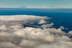 Vue panoramique à la vallée de Puerto de la Cruz et d'Orotava Au-dessus des nuages pelucheux de wight, du ciel bleu clair et de l image libre de droits