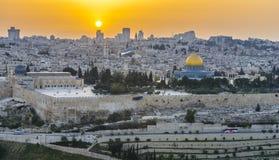 Vue panoramique à la vieille ville de Jérusalem au coucher du soleil Photographie stock libre de droits