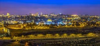 Vue panoramique à la vieille ville de Jérusalem au coucher du soleil Photos stock