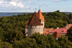 Vue panoramique étonnante du mur de ville et ville de tours de la vieille de Tallin, Estonie image libre de droits