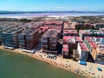 Vue panoramique aérienne de bourdon de plage de paysage urbain de station de vacances de Torrevieja et de salines de Las photos libres de droits