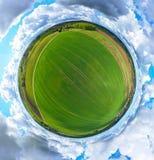 Vue panoramique aérienne de 360 degrés sur le paysage rural avec la maison, la forêt, les nuages et les champs photo libre de droits