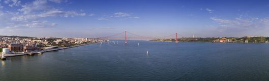 Vue panoramique aérienne de la ville de Lisbonne avec des bateaux à voile sur le Tage et des 25 d'April Bridge Ponte 25 de Abril  Image stock