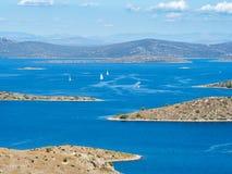 Vue panoramique aérienne des îles en Croatie avec beaucoup de yachts de navigation entre, paysage de parc national de Kornati dan Photos stock
